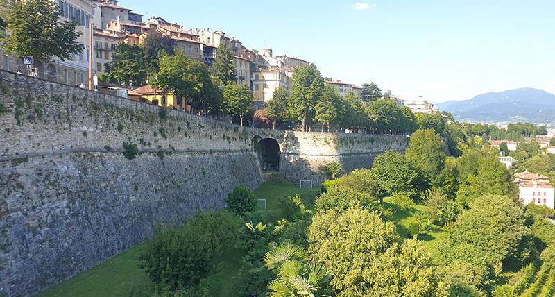 Muren til bergamo med haveanlegg og promenade