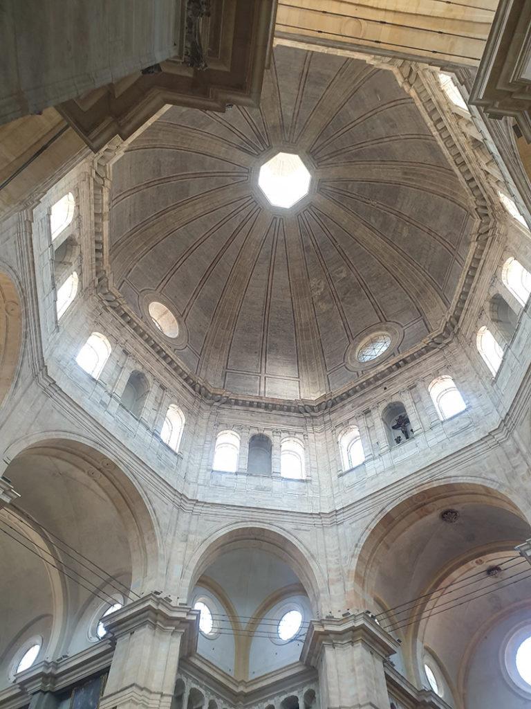 Takdetalje fra duomo di pavia, italias fjerde største kuppel