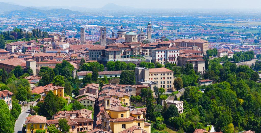 Bilde av bergamo tatt fra høyden ovenfor byen, gamlebyen i bergamo italia med grønne trær go vakre bygninger