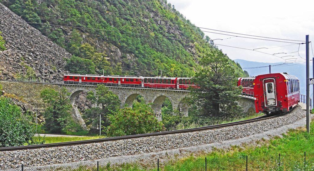 Bernina-togbanen som starter i Tirano i Valtellina-dalen
