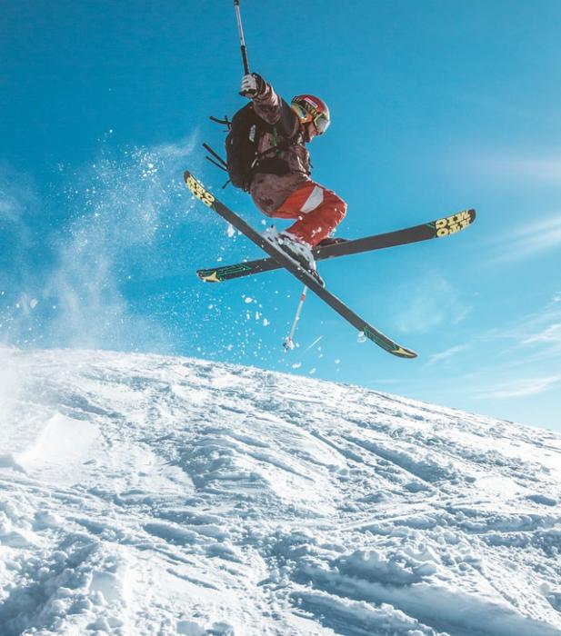En person som hopper på ski