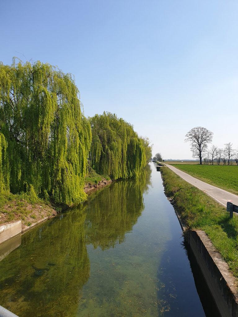 Bilde av en kanal utenfor Milano som leder til Pavia, kanal italia, kanal lombardia