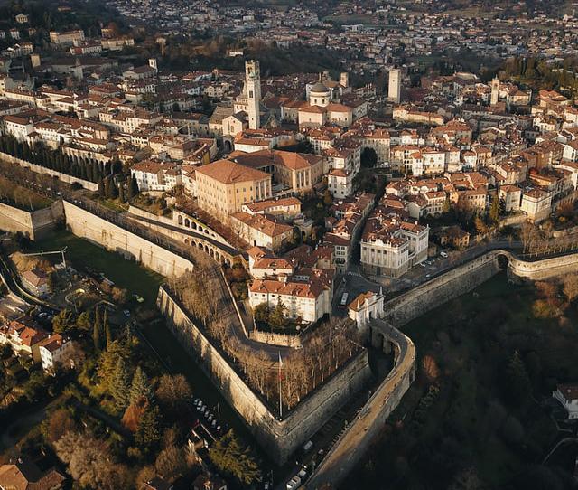 Festningen i Bergamo avbildet fra drone
