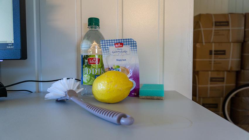 Rengjøringsutstyr som trengs for å rengjøre dusjkabinett, eddik natron bikarbonat tosidet svamp sitron og oppvaskbørste